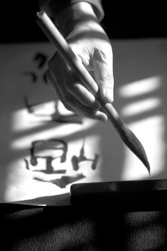 The gesture of calligrapher Takahashi. Fotografo ritratti Saronno